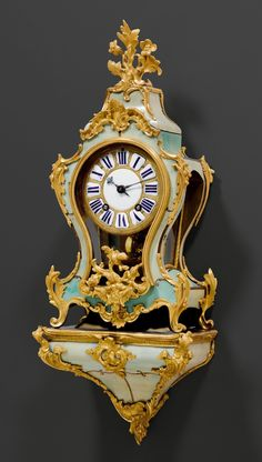 KLEINE GRÜNE HORNPENDULE MIT SOCKEL, Louis XV, das Gehäuse s