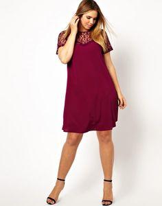 (Foto 20 de 25) Vestido corto en burdeos con escote de encaje en transparencia, Galeria de fotos de 25 vestidos cortos para mujeres un poco más gorditas