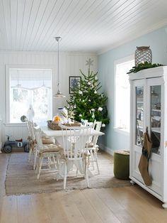 Spisestuebordet er spesialbestilt hos en pensjonert møbelsnekker og laget etter gammel standard. Stolene er arvegods eller kjøpt på bruktmarked.