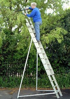 Good Ideas Ladder Stabiliser Ladderbrace turn any ladder into a free-standing safe Ladder platform. Cool Tools, Diy Tools, Ladder Stabilizer, Ladder Accessories, Platform Ladder, Garden Gadgets, Things That Bounce, Good Things, Construction Tools