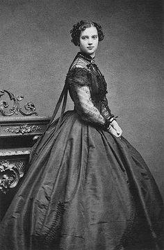Принцесса Дагмар Датская (позже императрица Мария Федоровна) в вечернем платье. 1866 г.