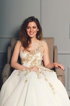 Kleid und Foto von Cathy Telle via Etsy   www.hochzeitsplaza.de/brautkleider-trends   Brautkleid blush blumen creme Hochzeitskleid Braut atemberaubend modern