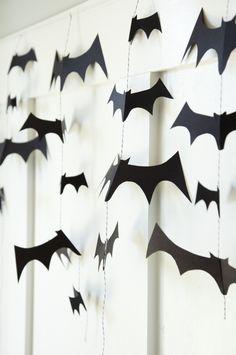 DIY Bat Garland tutorial on { lilluna.com }