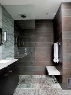 Modern badkamer interieur met een grote inloopdouche, regendouche