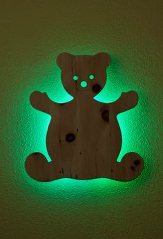 Panel-Kid's - BÄR Schlaflose Nächte, Konzentrationsschwierigkeiten, Wetterfühligkeit Ihrer Liebsten. All diese Phänomene können durch Zirbenholz gelöst werden. Probieren Sie es aus und machen Sie einen Versuch. Installieren Sie ein Holzpaneel oder eigens entworfene Kindermotive für das Kinder-Schlafzimmer mit oder ohne Led Hintergrundbeleuchtung. Der Erfolg ist signifikant spürbar.