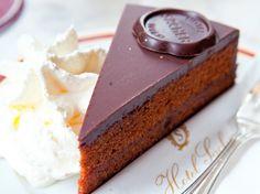 Het originele recept van de Sachertorte is geheim, maar onze delicious.versie met abrikozenjam en een dikke laag chocoladeglazuur is ook onweerstaanbaar en gaat op tot de laatste kruimel… Let op: de sachertaart op de foto is enige echte. Onze taart lijkt erop, maar ziet er niet hetzelfde uit. De taart wordt geserveerd met een flinke …