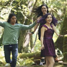 Sofia Carson, BooBoo Stewart & Dove Cameron on the set of Descendants The Descendants, Disney Descendants Movie, Cameron Boyce, High School Musical, Dove Cameron Style, Kenny Ortega, Mal And Evie, Tv Show Casting, Film Serie
