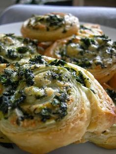 Cheese & Spinach Pinwheels Perfect for brunch or an afternoon snack. Spinach Puffs Recipe, Spinach Rolls, Puff Recipe, Spinach And Cheese, Spinach Puff Pastry, Goat Cheese, Finger Food Appetizers, Appetizer Recipes, Pinwheel Appetizers