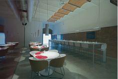 Vinomi restaurant, on el vi és el leitmotiv.  P. Sant Joan Bosco, 59 Girona. Dins una destil·leria històrica, en un edifici modernista catalogat de 1911, hi ha dos entorns i tres espais al voltant del món del vi, com són el bar de vins, el restaurant i la botiga amb unes mil referències, que es transforma en la seva carta de vins. TopGirona nº47