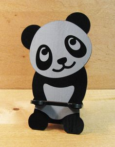 Adorabile Panda iPhone Stand Docking Station per iPhone Dock Woodworking Projects For Kids, Wood Projects, Bear Stencil, Wood Laser Ideas, Remote Control Holder, Mobile Case Cover, Laser Cutter Projects, Support Telephone, Emoji Images