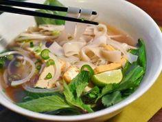 One pot Vegetarian Pho (Vietnamese Noodle Soup) One Pot Vegetarian, Vegetarian Recipes, Healthy Recipes, Vegetarian Vietnamese, Delicious Recipes, Vegan Soups, Vietnamese Recipes, Vegan Meals, Tasty