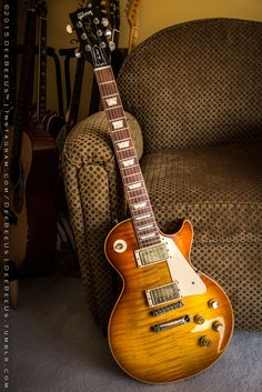 I love these les paul gibsons ! Guitar Shop, Music Guitar, Guitar Chords, Cool Guitar, Ukulele, Art Music, Gibson Guitars, Fender Guitars, Fender Stratocaster