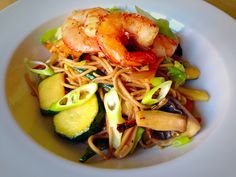 Fideos soba con langostinos y verduras con pimienta sichuan - Soba noodles with prawns and vegetables with sichuan pepper