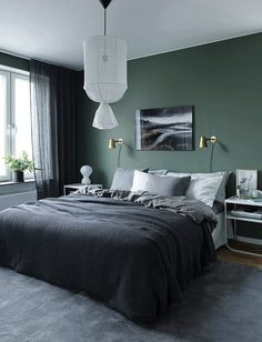 Green wall design: How to use color effectively - DECO HOME - green-wall paint -… Informations About Wandgestaltung Grün: So setzen Sie die Farbe effektvoll ei - Home Decor Bedroom, Modern Bedroom Decor, Bedroom Colors, Bedroom Green, Bedroom Interior, Green Bedroom Walls, Modern Bedroom, Home Decor, Modern Mens Bedroom