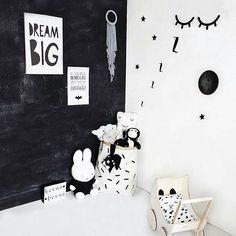 Prachtig kamertje van @ezi_mezi  Sleepy eyes, poster, lightbox en poppenwagen te koop in onze shop  #mevrouwaardbei #kinderkamer #kidsroom #kidsstyle #kinderkamerstyling #nursery #monochrome #monochromekids #monochromekidsroom