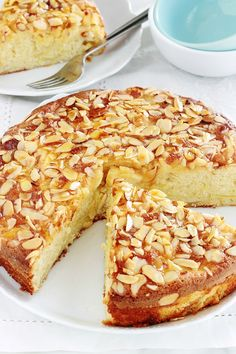 Delicious variant of classic yoghurt cake with apples, almond powder and flaked almonds. The cake is Easy Healthy Recipes, Easy Meals, Mousse Au Chocolat Torte, Cake Recipes, Dessert Recipes, Yogurt Cake, Food Cakes, Coffee Recipes, Caramel Apples