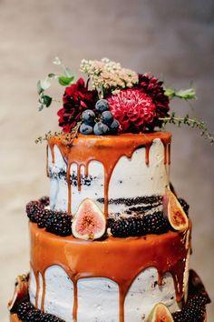 semi naked wedding cake mit Karamell Tropf, Feigen, Brombeeren, Trauben und frischen Blumen