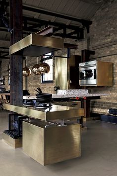 デンマークのエコジ社の「TD Beam kitchen」。キッチンが鉄鋼の梁に吊られているよう。奥は人造石のシンク。手前はブロンズのガスコンロ。www.ekoij.com