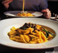 Pasta Zucca oder Pasta mit Kürbis-Sauce, gebratenen Salbeiblätter und gerösteten Kürbiskernen