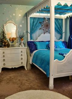 This side of the Frozen room is Queen Elsa's (fittingly) queen-sized bed. This room is part of a whole 8 bedroom vacation rental available near Disney World in Orlando, FL! Please see the listing at www.vrbo.com/614710 for more information.