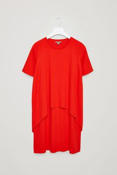 Made from soft jersey material with a stretch finish, this dress has a curved circle-cut layer at the front. An A-line fit, it has short, t-shirt sleeves, a round neckline and raw-cut finishes.