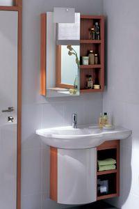 Keramag Vitelle  Mit dem asymmetrischen Eck-Waschtisch können Sie sogar die Ecken Ihres Badezim-  mers nutzen. Der passende Eck-Waschtisch-  unterschrank sorgt für den nötigen Stauraum.  Das Besondere am Lichtspiegelschrank mit integrierter Schalter- / Steckdoseneinheit ist der Spiegel, der über den Rand des Korpus hinausgeschoben werden kann – die Leuchte wandert dabei mit.
