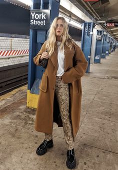 From cool dress-and-boot combinations to the sleekest way to wear jeans, here are 51 spring outfits I love. Casual Fall Outfits, Spring Outfits, Winter Outfits, Cute Outfits, New York Winter Outfit, Brooklyn Blonde, Mode Grunge, Mode Ootd, Live In Jeans