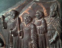 Traslazione S. Pardo, particolare del bassorilievo ligneo: il clero in attesa del sacro Reperto; riconoscibili un vescovo con piviale ed altri tre chierici, di cui due recanti fiaccole, l'uno anche un turibolo, l'altro regge un libro, forse un Benedizionale