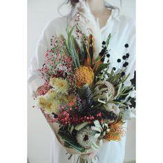 Luxe florist[ウエディングフラワー]さんはInstagramを利用しています:「落ち着いた色のスワッグブーケ . . 染めのかすみ草とヤマゴボウのチラチラ感が個人的にツボ🏺💕 . . . . . #結婚式準備 #flowers #結婚式 #ハワイ挙式 #ウェディングドレス #ヘアアクセサリー #ラスティックウェディング #リースブーケ…」