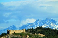Castillo de Aguilar de campo y al fondo espiguete y curavacas Palencia