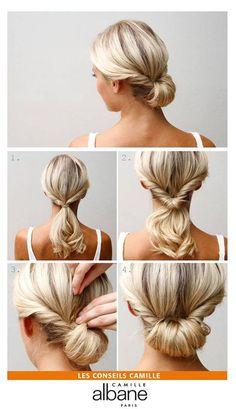 Le Chignon roulé en 2mn: 1. Texturisez vos cheveux et les crêper avant de commencer le coiffage. Enroulez deux mèches du devant de la tête et les ramener vers le bas de la nuque. Attachez ensuite vos cheveux en queue de cheval basse.  2. Créez un espace au dessus de l'élastique et y glisser la mèche. En fonction de la longueur des cheveux effectuez cette opération plusieurs fois. 3. Fixez la matière restante à l'aide d'épingles sur le rouleau. 4. Et voilà votre joli chignon roulé !