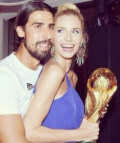 Was für ein Pokal-Pärchen! Sami Khedira hält seine Lena fest, die den WM-Pokal mopsen wollte