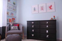 Para dar um up nos móveis antigos ou nos móveis que já vem no imóvel alugado, (guarda roupas embutidos, armários de cozinha e de banheiro) você pode trocar os puxadores, é simples e muda bem o visual!