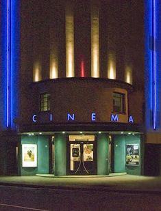 The great local Rio Cinema, London art deco, Rio Cinema Cinema Architecture, British Architecture, Cinema Theatre, Art House Cinema, Art Nouveau, Halle, Circular Buildings, Art Deco Buildings, Homes