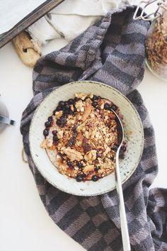En enkel och ljuvligt god granola som bara tar några minuter att slänga ihop.