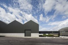 Located in Coimbra's industrial area, the Adémia office building and storage warehouse is made of two volumes combining warehouse space, office facilities and a commercial area.