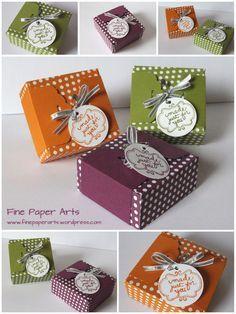 """Envelope Punch Board Box + Bauchbinde mit Stanzer Gewellter Anhänger (Scalloped Tag Topper Punch): Box: 6"""" x 6"""", stanzen + falzen bei 5,5 cm + 9,7 cm, um 180° drehen + genauso verfahren, an den beiden anderen Seiten jeweils an die Falzlinien anlegen: stanzen + falzen. Bauchbinde: 5 x 19,5 cm, bei 3,4 / 6,4 / 13,1 / 16,2 cm falzen. Die beiden Enden mit dem Stanzer Gewellter Anhänger (Scalloped Tag Topper Punch / SU) lochen."""