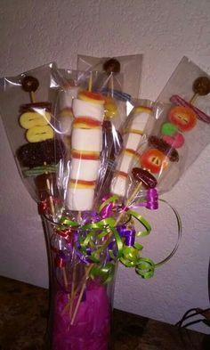 Conbinacion bonbon con dulce y brochetas de Tamarindo para cualquier ocasion centro de mesa
