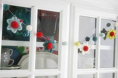 Ravelry: Berries & Blooms Christmas Garland FREE pattern by Susan Carlson. Unique Crochet, Love Crochet, Learn To Crochet, Crochet Flowers, Crochet Bunting, Crochet Garland, Clay Flowers, Paper Flowers, Moogly Crochet