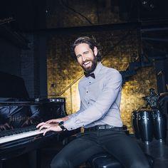 """""""La musique est la langue des émotions."""" E.Kant #Brice #Styleisanattitude #HappyNoël #chemise #noeudpapillon #piano #menswears"""