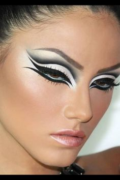 Maquillaje blanco y negro marcado