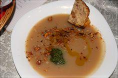 Kartoffelsuppe mit Pesto, Walnüssen, Olivenöl Gold der Maremma und Radicchio - Herbstlich warm genießen! #frantoiosanluigi, #olivenol, #olivenolgolddermaremma, #maremma, #kartoffelsuppe, #pesto, #walnus