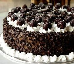 Σας παρουσιάζουμε τη συνταγή από μια τούρτα πειρασμό! Αρέσει στους περισσότερους και θα εντυπωσιάσει και αισθητικά αλλά και σαν γεύση τους καλεσμένους σας! Ιδού λοιπόν η τούρτα Black forest! Greek Desserts, Köstliche Desserts, Delicious Desserts, Dessert Recipes, Yummy Food, Round Cake Pans, Round Cakes, Black Forest Cherry Cake, Death By Chocolate