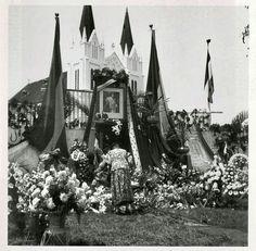 Karangan bunga dan photo Ratu Wilhelmina pada perayaan 50 tahun naik tahta didepan Gereja Katholik Kajoe Tangan Malang, 6 September 1948.