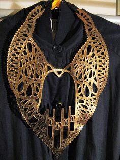 J.P. GAULTIER - collier plastron cuir avec main de 'fatma'- (coté mordoré)