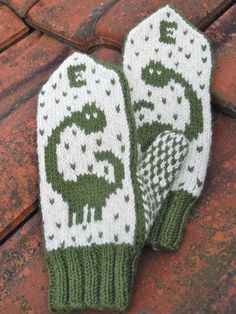 These warm dinosaur mittens come in two sizes: years and years. They are knit in stranded stockinette stitch at a tight gauge to make them both warm and durable. Crochet Baby Mittens, Knitted Mittens Pattern, Crochet Baby Blanket Beginner, Crochet Baby Booties, Knit Mittens, Knit Or Crochet, Knitting Socks, Knitting Charts, Knitting Patterns Free