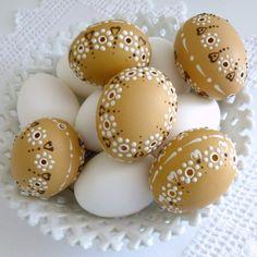 Kraslice bílý věneček na přírodní / Zboží prodejce Lea.1 | Fler.cz Egg Art, Egg Decorating, Happy Easter, Easter Eggs, Diy And Crafts, Pottery, Spring, Bricolage, Cool Crafts