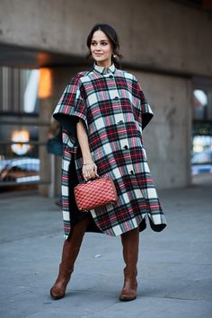 See the looks that caught our attention, and stay tuned for more of London Fashion Week's top street style moments. Top Street Style, Street Style Trends, Autumn Street Style, Street Styles, Korean Fashion Trends, Korean Street Fashion, Fall Fashion Trends, Korea Fashion, Japan Fashion