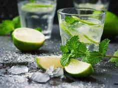 Mojito | El Mojito Cubano también conocido como draquecito, es un trago muy fácil de preparar, y es agradable para cualquier celebración entre amigos o familiar. Este fue popularizado por Ernest Hemingway.