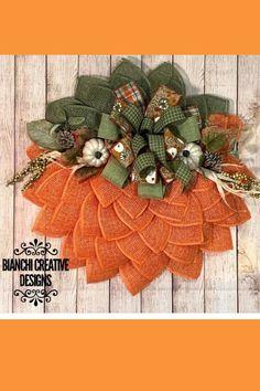 Thanksgiving Mesh Wreath, Diy Fall Wreath, Wreath Crafts, Fall Wreaths, Christmas Wreaths, Christmas Decor, Burlap Halloween, Easy Halloween Decorations, Halloween Crafts